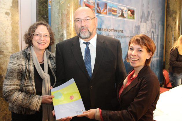 v.l.: Corinna Hesse (Kreative MV), Minister Harry Glawe und Maria Zocher-Ihde (Gleis 7 e.V.) bei der Vorstellung des Branchenberichts MV, Foto: Wirtschaftsministerium